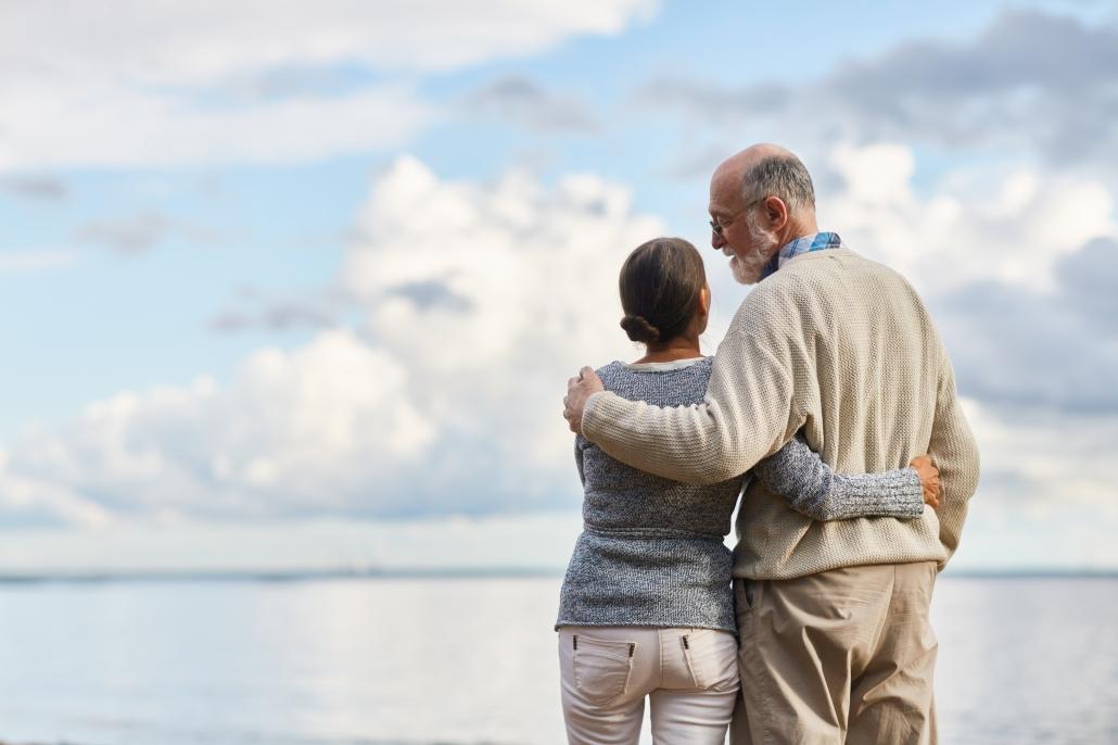 זוג אנשים מבוגרים בחוף הים
